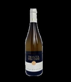 Lo Chardonnay Venezia Giulia IGT è un vino dall'aroma di mela e crosta di pane ed dal gusto fresco e morbido. Adatto anche come aperitivo.